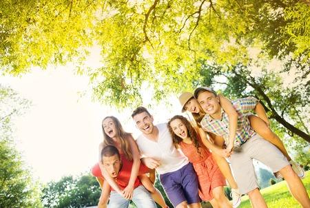 Groep van vijf tiener vrienden plezier in het park