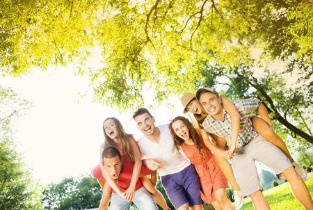amigos abrazandose: Grupo de cinco amigos adolescentes que se divierten en parque
