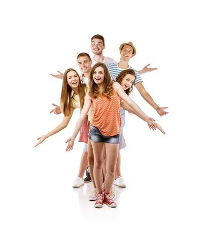 Groep van gelukkige jonge mensen zich in de studio, geïsoleerd op witte achtergrond Beste vrienden Stockfoto