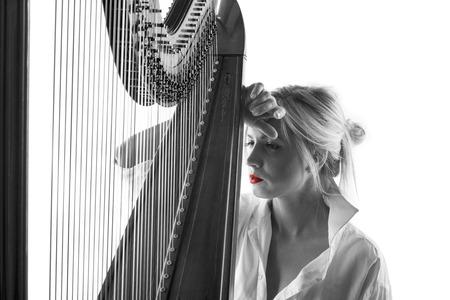 arpa: Mujer del jugador de la arpa en blanco y negro
