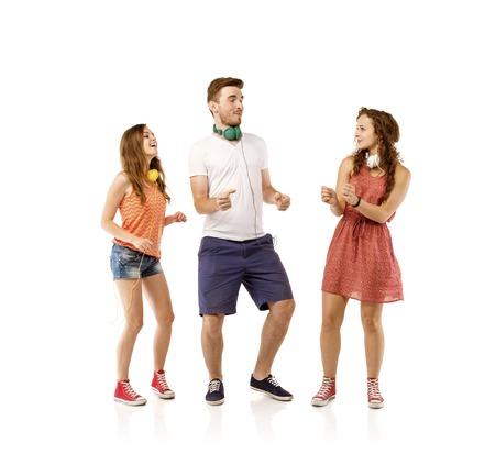 donna che balla: Gruppo di giovani che ascoltano la musica e la danza, isolato su sfondo bianco.