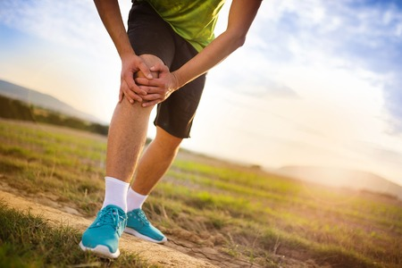 articulaciones: Runner pierna y dolores musculares durante la carrera de entrenamiento al aire libre en la naturaleza de verano Foto de archivo