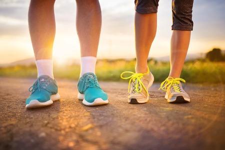 salud y deporte: Pies del corredor. Pares corrientes cerca de zapatillas. Foto de archivo