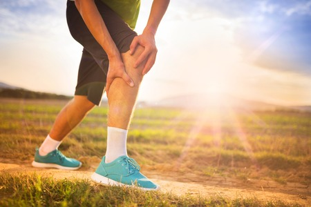 artritis: Runner pierna y dolores musculares durante la carrera de entrenamiento al aire libre en la naturaleza de verano Foto de archivo