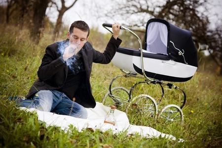 man smoking: Joven familia  Foto de archivo