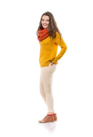ropa de invierno: Hermosa chica en ropa de otoño posando en el estudio, aislado en fondo blanco Foto de archivo