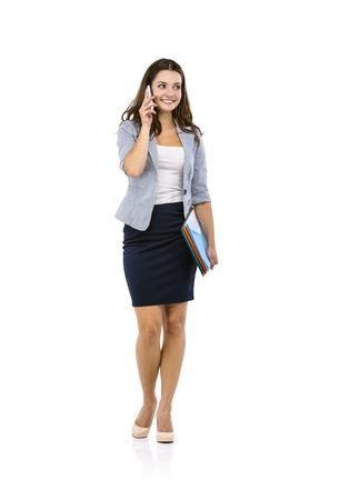 mujeres trabajando: Hermosa mujer de negocios con el teléfono inteligente aislados sobre fondo blanco.