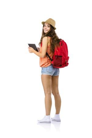 Mladá žena turista pomocí digitálních tablet, izolovaných na bílém pozadí
