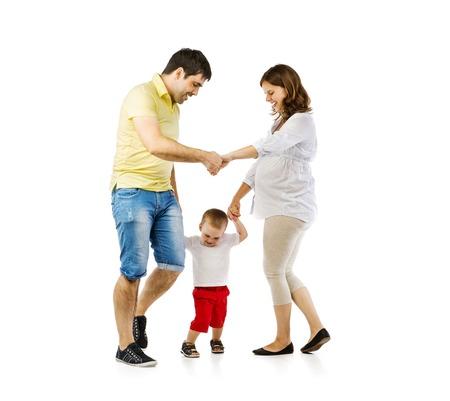 persone che ballano: Ritratto della famiglia felice con bambino e madre incinta giocando, isolato su sfondo bianco Archivio Fotografico