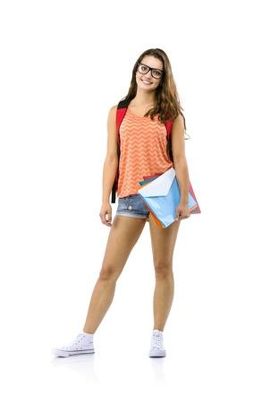 Mooie jonge student meisje met een zak houdt mappen, geïsoleerd op een witte achtergrond