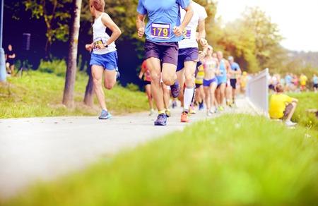 piernas hombre: Grupo de corredores de maratón no identificado correr, detalle en las piernas