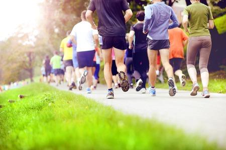 Groep van niet-geïdentificeerde marathon racers draait, detail op de benen Stockfoto
