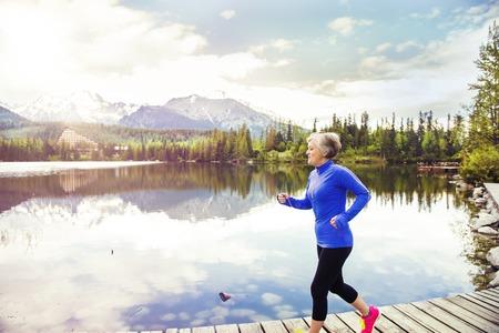 年配の女性がジョギング