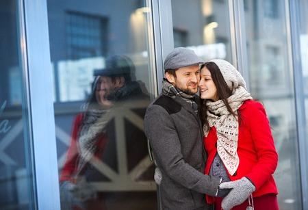 homme enceinte: Jeune couple portrait enceinte de la ville d'hiver