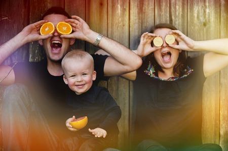 naranja fruta: Joven de la familia