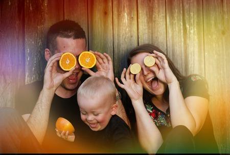 frutas divertidas: Joven familia  Foto de archivo