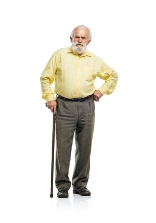 Oude bebaarde man lopen met een stok op een witte achtergrond