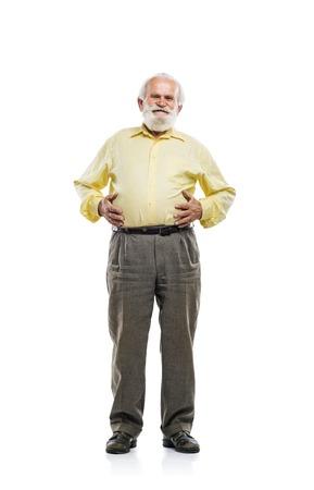 hombre con barba: Viejo hombre con barba que sostiene la panza aislada en el fondo blanco