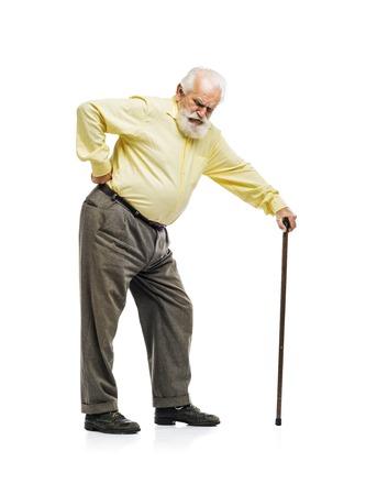 Oude bebaarde man met een wandelstok die lijden aan pijn in de rug op een witte achtergrond