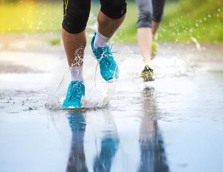 uomo sotto la pioggia: Giovani corridori