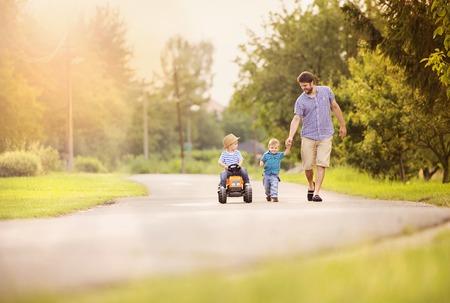 ao ar livre: Jovem família