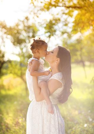 mom daughter: Madre embarazada con su hija