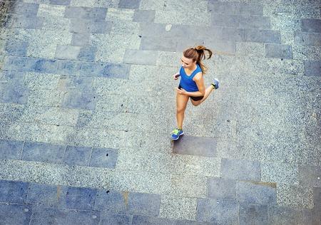 High angle de vue de la jeune coureuse jogging carrelée vieille ville trottoir au centre. Banque d'images - 33096850