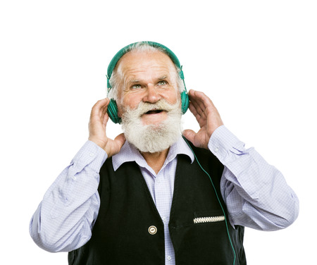 ecoute active: Vieillard barbu actif avec casque d'�coute de la musique isol� sur fond blanc
