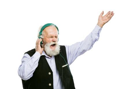 actief luisteren: Oude actieve bebaarde man met een koptelefoon luisteren naar muziek op een witte achtergrond