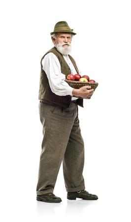 Alte bärtige Bauer Mann in Hut holding Korb voller Äpfel, isoliert auf weißem Hintergrund Standard-Bild - 33393443