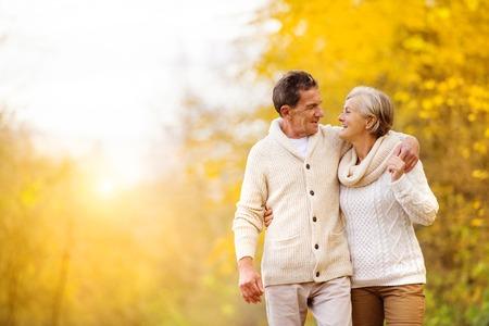 ancianos caminando: Mayores activos que se divierten y relajarse en la naturaleza