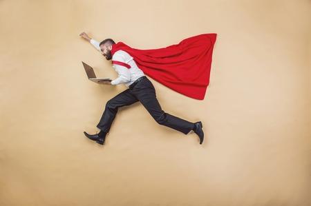 Manager met vacht. Superheld in de studio. Stockfoto