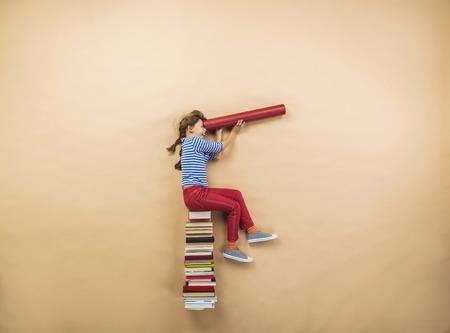 imaginacion: Feliz niña está jugando con un grupo de libros de estudio