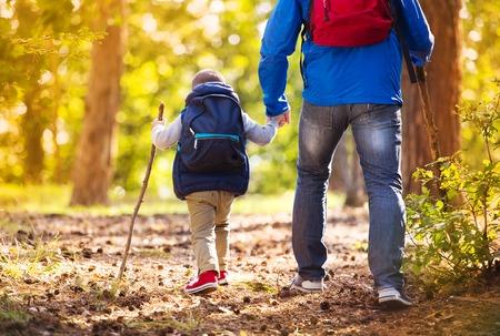 Vader en zoon in het bos Stockfoto