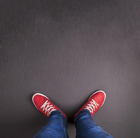 zapatos escolares: Concepto de los pies con zapatos rojos sobre fondo negro con espacio en blanco para el texto o símbolo Foto de archivo