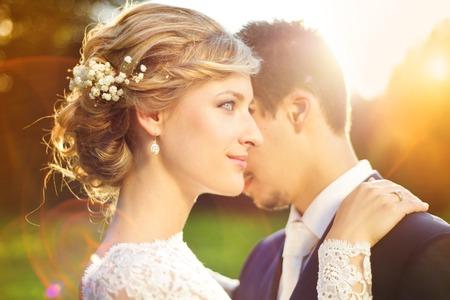 Jonge bruidspaar geniet van romantische momenten buiten op een zomer weide Stockfoto