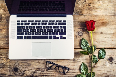 rosas rojas: San Valent�n composici�n d�a de mensaje de amor a�n no escrito en un cuaderno y una rosa roja. Estudio tirado en un backround suelo de madera.
