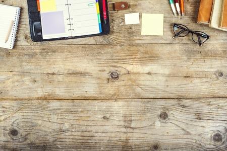 papeles oficina: Mezcla de material de oficina en un fondo de la tabla de madera. Ver desde arriba. Foto de archivo