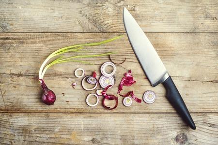 onion red: Cebolla roja picada en un fondo de madera. Vista desde abowe.