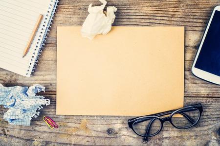 Desktop-Mix auf einem Holzbürotisch Hintergrund. Ansicht von oben.