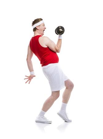hombre flaco: Divertido débil constructor cuerpo trata de levantar un peso. Estudio tirado en el fondo blanco.