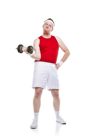 Drôle faible constructeur de corps tente de soulever un poids. Tourné en studio sur fond blanc.