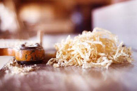 carpintero: Tablas de madera y virutas en el taller de los carpinteros