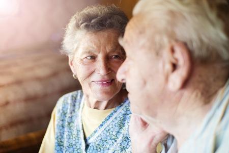 愛の家の中で幸せな先輩カップル 写真素材