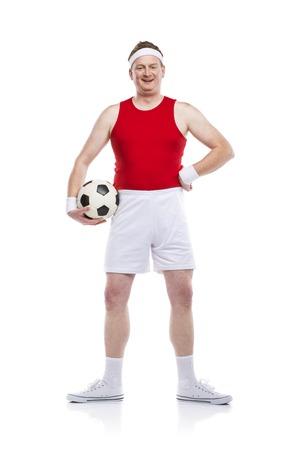 clumsy: Divertente calciatore goffo con una palla. Studio girato su sfondo bianco. Archivio Fotografico