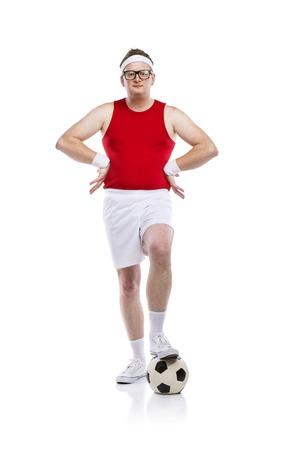 maldestro: Divertente calciatore goffo con una palla. Studio girato su sfondo bianco. Archivio Fotografico