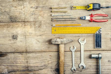 carpintero: Escritorio de un carperner con diferentes herramientas. Estudio tirado en un fondo de madera.