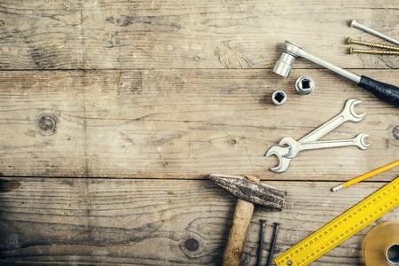 artesano: Escritorio de un carperner con diferentes herramientas. Estudio tirado en un fondo de madera.
