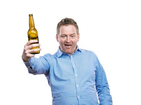 hombre tomando cerveza: Joven