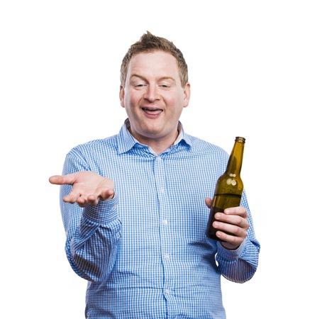 Grappige jonge dronken man die een bierflesje. Studio opname op witte achtergrond.